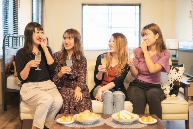 ホテル女子会をしている女性4人