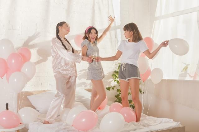 ホテル女子会で乾杯をする女性たち